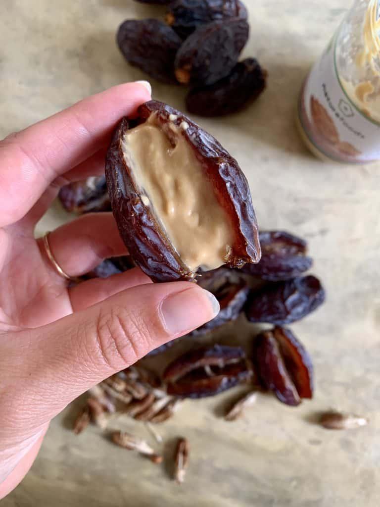 Datteln mit Erdnussmus gefüllt